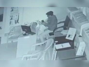 મોબાઈલની દુકાનમાં ચોરી કરતો શખ્સ સીસીટીવીમાં કેદ - Divya Bhaskar