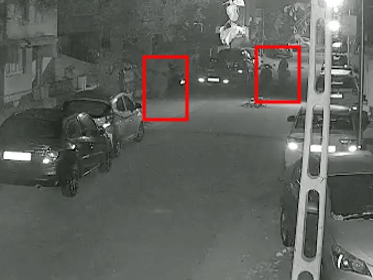 રાજકોટમાં બે મહિલા તસ્કરે મકાનની દીવાલ પર રાખેલા 2 બોન્સાઇ સહિત 4 પ્લાન્ટની ચોરી કરી, સમગ્ર ઘટના CCTVમાં કેદ|રાજકોટ,Rajkot - Divya Bhaskar