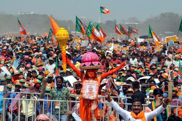 PM મોદીની રેલીમાં સામેલ એક કાર્યકર્તા હનુમાનનું રૂપ ધારણ કરી પહોંચ્યો હતો. હાથમાં ગદા, માથા પર કમળનો તાજ અને મોદીનો ફોટો લગાવી આ વ્યક્તિ સૌથી આગળ દેખાઈ હતી.