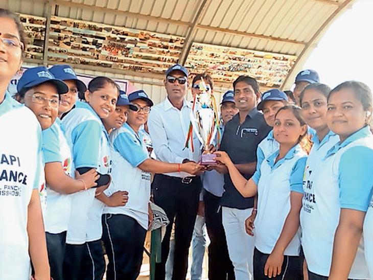 ટુર્નામેન્ટની વિજેતા મહિલા ટીમના સભ્યોને ટ્રોફી આપી સન્માન કરાયું હતું - Divya Bhaskar