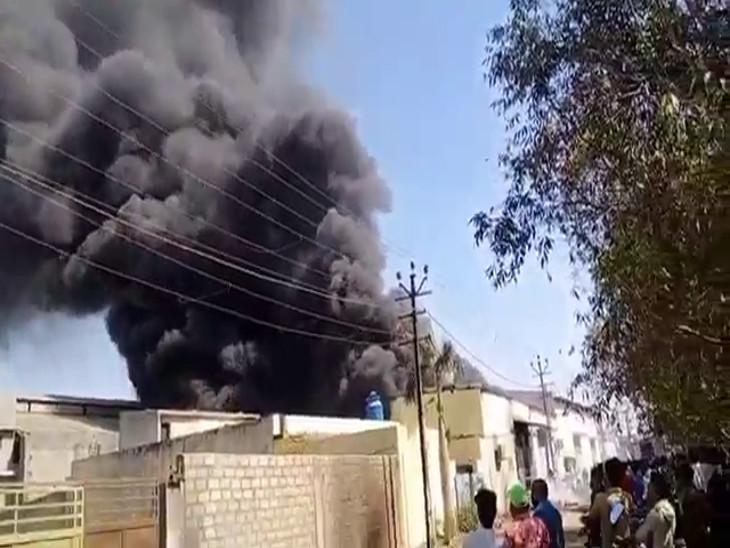 રાજકોટમાં કોઠારીયા સોલ્વન્ટ ઇન્ડસ્ટ્રીઝ એરિયામાં વિકરાળ આગ, ફાયરની 3 ટીમો દોડી ગઇ, લોકોમાં અફરાતફરી રાજકોટ,Rajkot - Divya Bhaskar