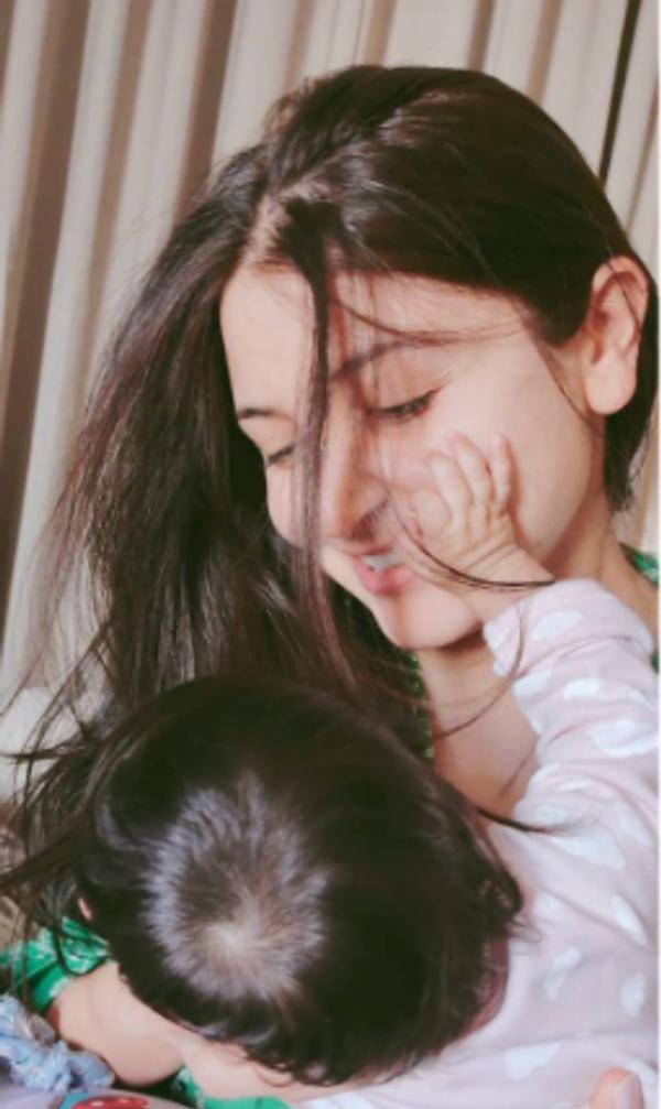 વિરાટ કોહલીએ દીકરી તથા પત્નીની તસવીર સો.મીડિયામાં શૅર કરી હતી
