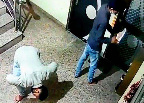2 અપાર્ટમેન્ટ્સમાં 32 ફ્લેટ્સની બહાર મુકેલા બ્રાન્ડેડ શૂઝની ચોરી, ઘરની અંદર મુકેલી સાઈકલો પણ લઈ ગયા; CCTVમાં દેખાયા ચોર|ઈન્ડિયા,National - Divya Bhaskar