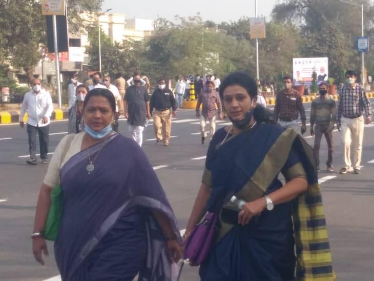 કોરોનાની સાવચેતીનાં પગલાં લેવાયાં છતાંય વડાપ્રધાન મોદીના કાર્યક્રમમાં અમદાવાદના કોર્પોરેટરો માસ્ક વિના જોવા મળ્યા અમદાવાદ,Ahmedabad - Divya Bhaskar