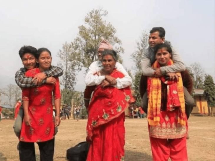 નેપાળમાં જેન્ડર ઇક્વૉલીટી પ્રમોટ કરવા પત્નીઓતેમનાપતિને પીઠ પર ઊંચકી રેસમાં દોડી|લાઇફસ્ટાઇલ,Lifestyle - Divya Bhaskar
