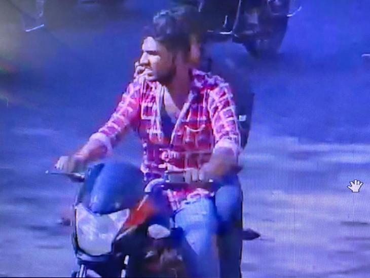 સુરતના વરાછામાં સગાઈ પ્રસંગે સમાજની વાડીમાં ગયેલા યુવકના બુલેટની ચોરી, રેકી કરીને અડધા કલાકમાં ફરાર થયેલા બે CCTVમાં કેદ|સુરત,Surat - Divya Bhaskar