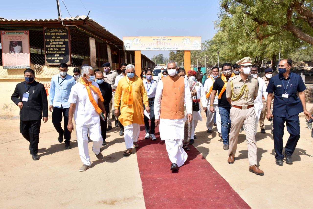 રાજ્યપાલ આચાર્ય દેવવ્રતે ભાભર જલારામ ગૌશાળામાં અત્યાધુનિક પશુ દવાખાનાનું ખાતમુહૂર્ત કરી 30 એકર જમીન ગૌશાળાને અર્પણ કરી|પાલનપુર,Palanpur - Divya Bhaskar