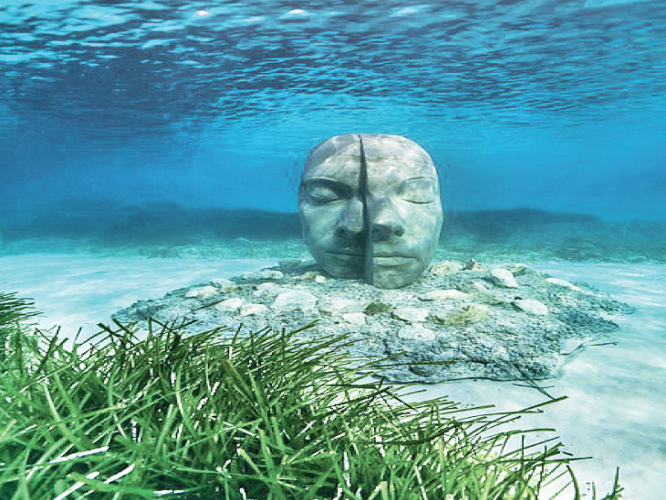 સમુદ્રના પાણીમાં ધ્યાનમગ્ન પ્રતિમાઃ મંગળ સાથે તો આપણે ઘર જેવું!; આ શું કોરોના સામે હવે સુપરમેન મેદાને?|ઈન્ડિયા,National - Divya Bhaskar