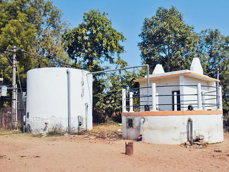 500ની વસ્તીવાળા ગામને પાણી પૂરું પાડવા માટે માત્ર 10 હજાર લિટરનો એક જ ટાંકો છે - Divya Bhaskar