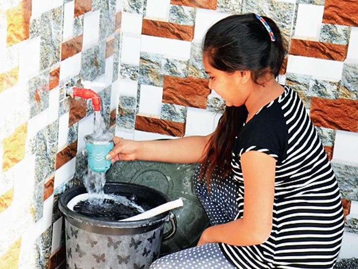 નળમાંથી જે પાણી આવે છે તેમાંથી જ ગામના લોકો પોતાના કામ પતાવે છે.
