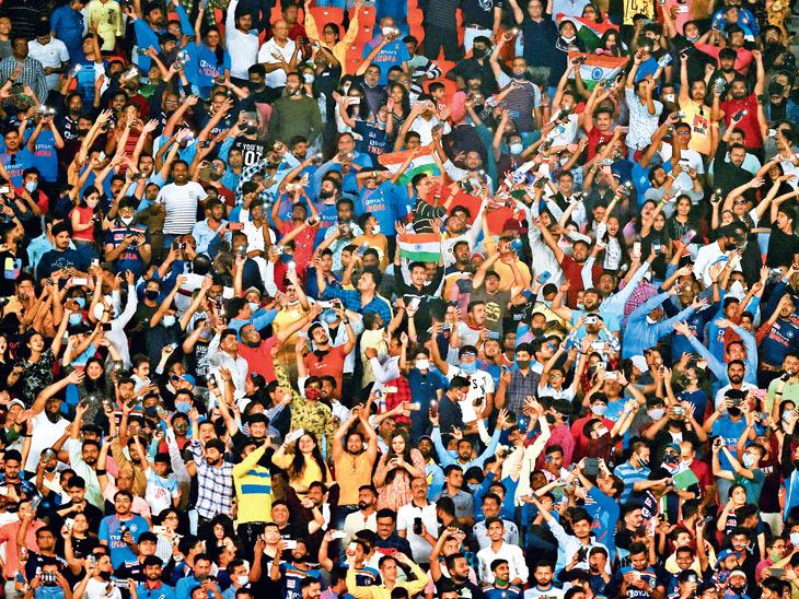 ભારત અને ઈંગ્લેન્ડ વચ્ચે રમાયેલી બીજી ટી-20માં મેચમાં મોટી સંખ્યામાં ઉમટેલા પ્રેક્ષકોએ માસ્ક અને સોશિયલ ડિસ્ટન્સિંગની ગાઈડલાઈનનો સરેઆમ ભંગ કર્યો હતો. - Divya Bhaskar