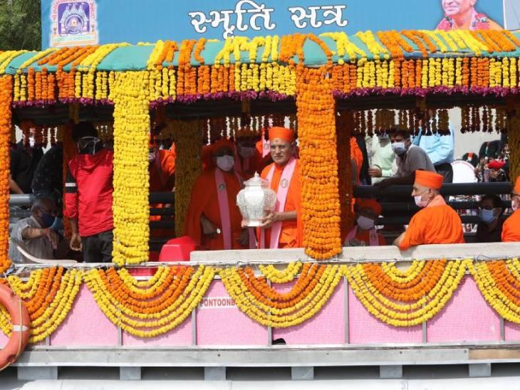 અમદાવાદમાં આચાર્ય પુરુષોત્તમપ્રિયદાસજી સ્વામી મહારાજ સ્મૃતિ સત્ર પર્વે સાબરમતી રીવરફ્રન્ટ પર પ્રાર્થના સભા યોજાઈ અમદાવાદ,Ahmedabad - Divya Bhaskar