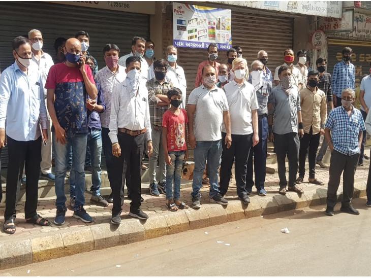 રાજકોટમાં ટ્રાફિક પોલીસની કનડગત, જ્યૂબેલી અને લોધાવડ ચોકના વેપારીઓનો બીજા દિવસે સ્વયંભૂ સજ્જડ બંધ પાળ્યો|રાજકોટ,Rajkot - Divya Bhaskar