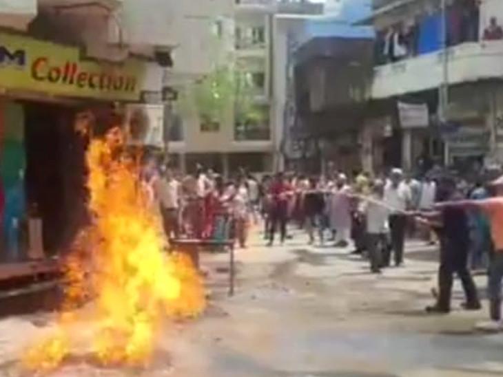 વડોદરાના નાગરવાડા વિસ્તારમાં ગેસ લાઇન લીકેજ થતાં આગ, સ્થાનિકોમાં નાસભાગ મચી, એક કલાકે આગ કાબૂમાં આવી|વડોદરા,Vadodara - Divya Bhaskar