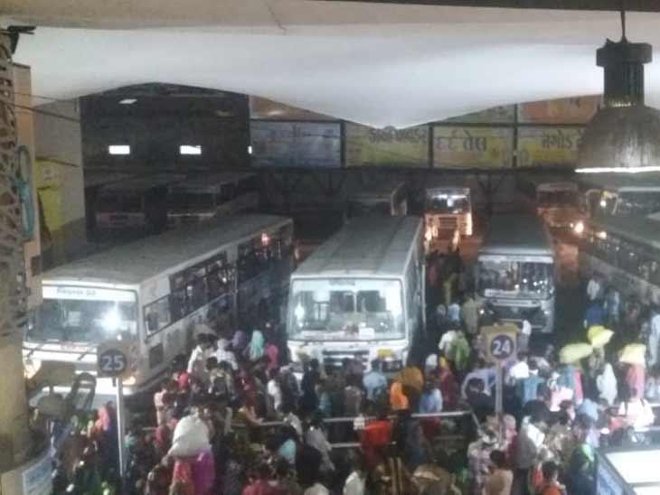 રાજ્ય સરકારે રાજ્યના 4 મહાનગરોમાં રાત્રિ કર્ફ્યૂ લાદતા આ શહેરોમાં બસ પ્રવેશ બંધ કરાયો છે- ફાઈલ તસવીર - Divya Bhaskar