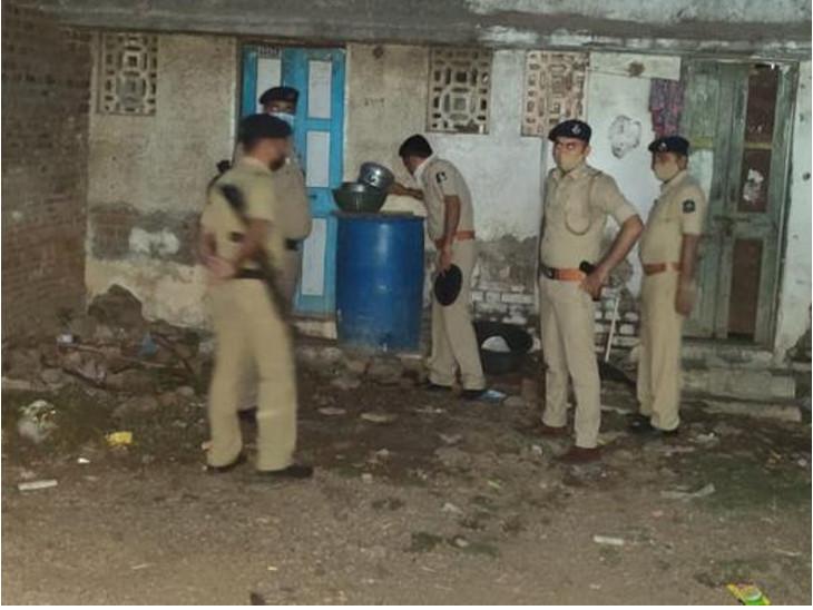 રાજકોટમાં ચૂંટણી પૂરી થતાં પોલીસને દેશી દારૂના હાટડા દેખાયા, 10 મહિલાઓ સહિત 20 પકડાયા, 4500 લિટર આથોનો સ્થળ પર નાશ કરાયો|રાજકોટ,Rajkot - Divya Bhaskar