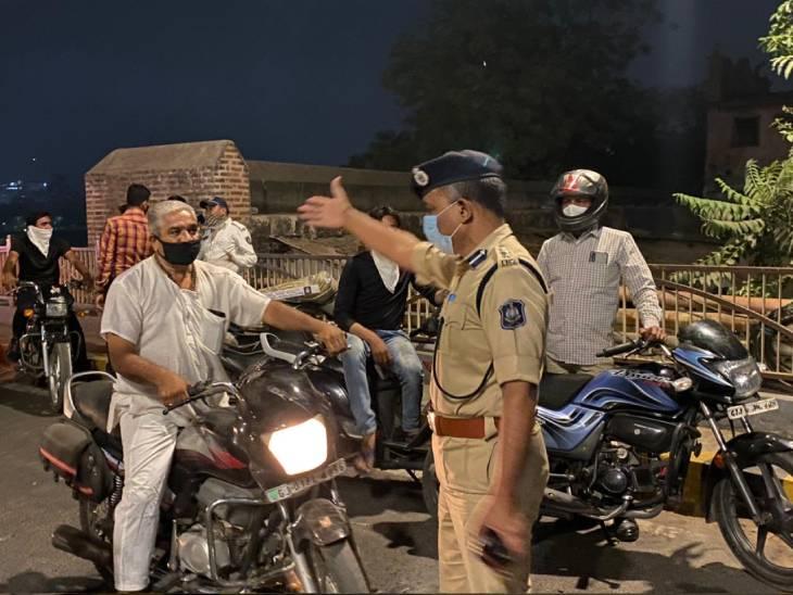 અમદાવાદ શહેરમાં લોકો કર્ફ્યૂનું ગંભીરતાથી પાલન કરે તે માટે IPS અધિકારીઓએ ફિલ્ડમાં ઉતરવુ પડ્યુ|અમદાવાદ,Ahmedabad - Divya Bhaskar