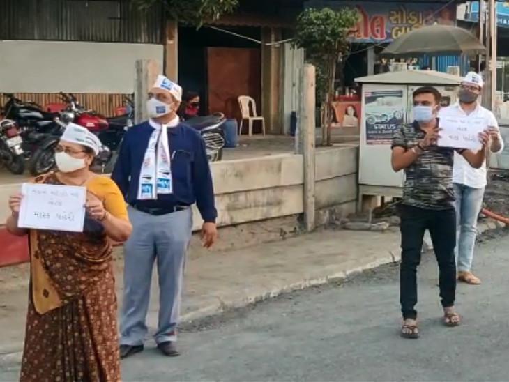 સુરતમાં માસ્કના નામે વસૂલાતા દંડનો 'આપ' દ્વારા વિરોધ, લોકોને કહ્યું- પોલીસના હાથે દંડથી બચવું હોય તો માસ્ક અવશ્ય પહેરો સુરત,Surat - Divya Bhaskar