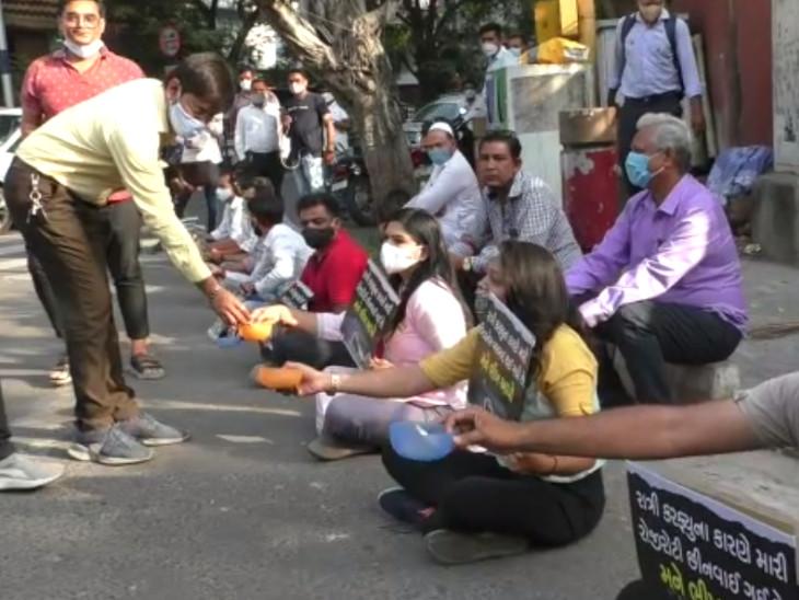 સુરતમાં રસ્તા પર ઉતરીને AAP દ્વારા ભીખ માગવામાં આવી, કોરોનાના નામે ધંધા રોજગાર પડી ભાંગતા વિરોધ પ્રદર્શન કરાયું|સુરત,Surat - Divya Bhaskar