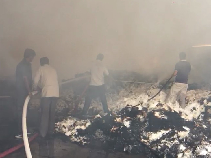 ગોંડલ નજીક કોટન રોલ બનાવવાના કારખાનામાં ભીષણ આગ, 3 ફાયર ફાઇટર દોડી જઇ કાબૂમાં લીધી|રાજકોટ,Rajkot - Divya Bhaskar