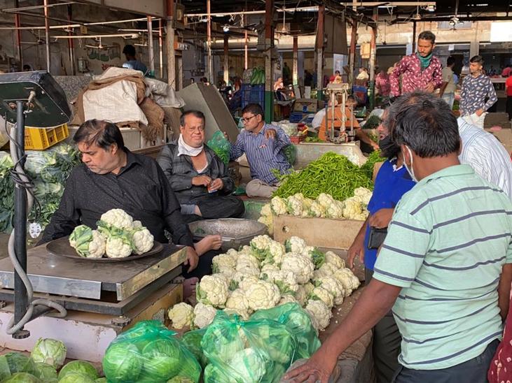 કાલુપુર શાક માર્કેટ બની શકે છે સુપર સ્પ્રેડર, વેપારીઓ માસ્ક, સોશિયલ ડિસ્ટન્સ વિના બેફામ અમદાવાદ,Ahmedabad - Divya Bhaskar