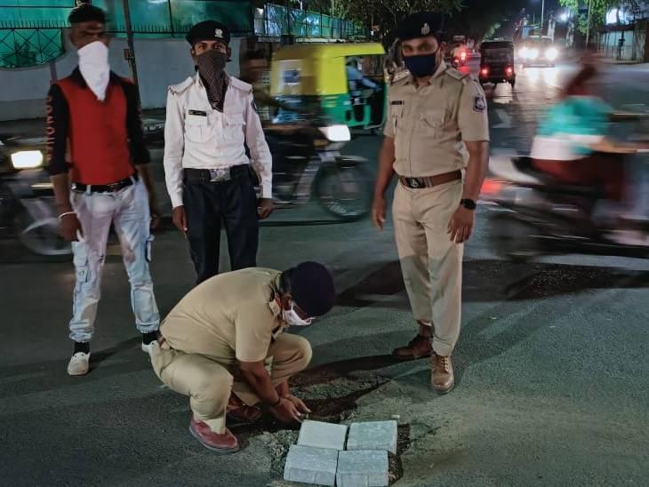 અમદાવાદમાં પોલીસ કમિશ્નરના ઘરની બહાર રોડ પર પડેલા ખાડા પુરવા PSI ઝાલા દોડ્યા|અમદાવાદ,Ahmedabad - Divya Bhaskar
