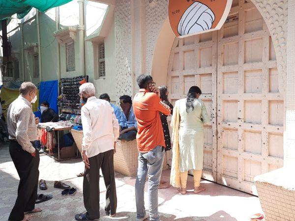 કોરોના સંક્રમણને અટકાવવા વીરપુરનું જલારામ મંદિર દર્શનાર્થીઓ માટે ત્રણ દિવસ સુધી બંધ, દરવાજાના દર્શન કરી ધન્યતા અનુભવતા ભાવિકો રાજકોટ,Rajkot - Divya Bhaskar
