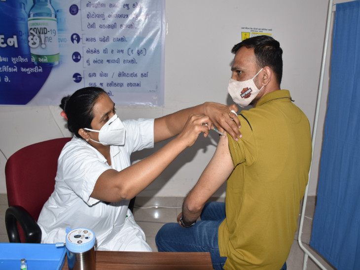 રાજકોટમાં 45થી વધુ વર્ષના લોકો સ્વયંભૂ વેક્સિનેશન માટે ઉમટ્યા, આજે બપોર સુધીમાં 5449 લોકોએ રસી લીધી રાજકોટ,Rajkot - Divya Bhaskar