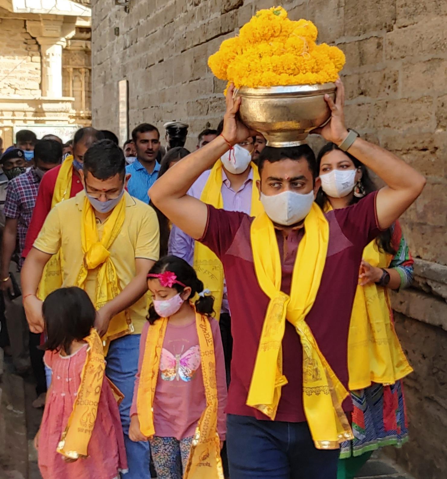 ભક્તોની લાગણીને ધ્યાન પર રાખી દ્વારકાધીશ મંદિર દર્શન માટે ખુલ્લું રાખવાનો નિર્ણય, અગાઉ 3 દિવસ બંધ રાખવાની જાહેરાત કરવામા આવી હતી જામનગર,Jamnagar - Divya Bhaskar