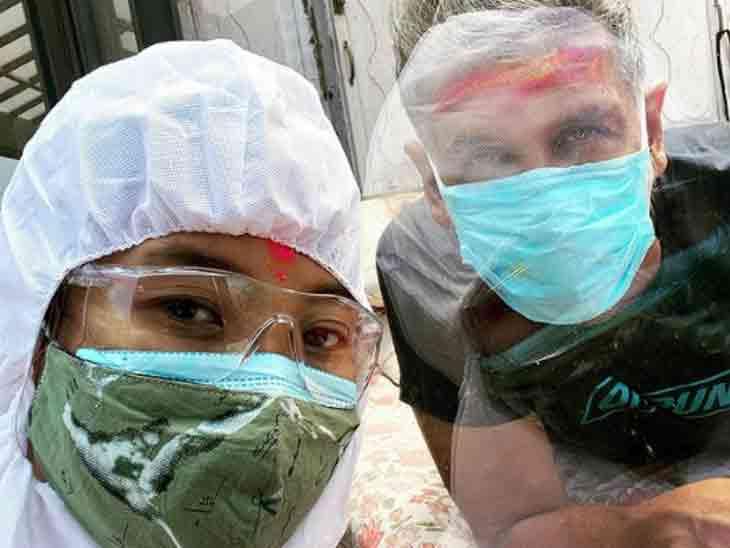 PPE કિટ પહેરીને અંકિતાએ પતિ મિલિંદ સોમણ સાથે ધૂળેટીની મજા માણી|બોલિવૂડ,Bollywood - Divya Bhaskar