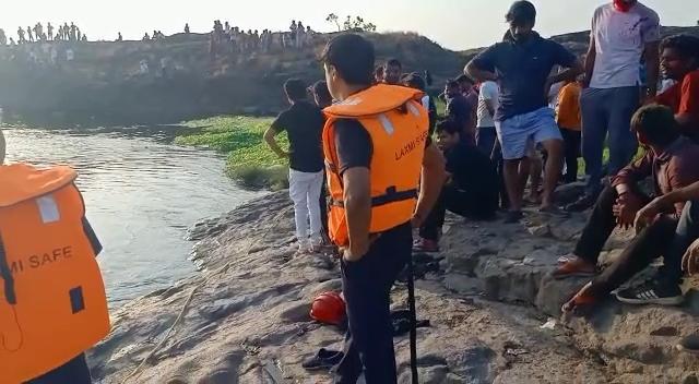 વાપીની દમણગંગા નદીમાં નાહવા પડેલા પાંચ તરુણો ડૂબ્યા, ત્રણને સ્થાનિક લોકોએ બચાવ્યા તથા બેની રેસ્ક્યુ ટીમ દ્વારા શોધખોળ હાથ ધરાઇ વલસાડ,Valsad - Divya Bhaskar