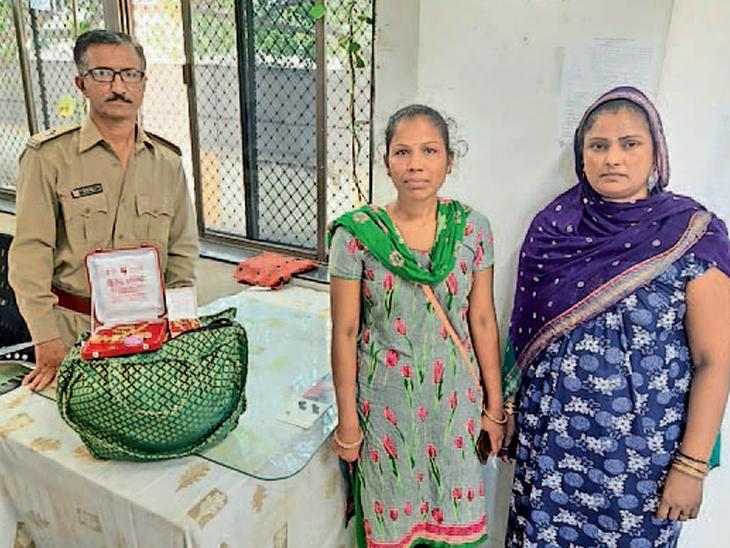 પાંચ તોલા સોનાના દાગીના સહિતનો થેલો પરત આપી મહિલાએ પ્રામાણિકતા દાખવી પોરબંદર,Porbandar - Divya Bhaskar