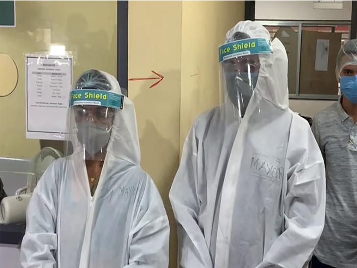 રાજકોટના મેયર અને ડે.મેયરે PPE કીટ પહેરી કોવિડ હોસ્પિટલની સરપ્રાઈઝ મુલાકાત લીધી, કોરોનાના વધતા કેસ અંગે તબીબો સાથે ચર્ચા કરી રાજકોટ,Rajkot - Divya Bhaskar