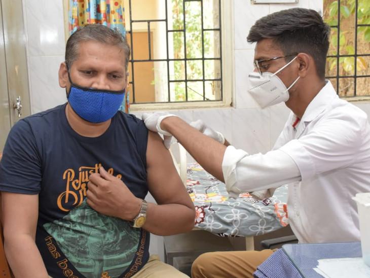 વડોદરામાં નર્સિગ સિસ્ટરે 2 હજાર લોકોને કોવિશિલ્ડ રસી મૂકી, મેલ નર્સે 900 લોકોને રસી મૂકીને કોરોના કવચથી સુરક્ષિત કર્યાં વડોદરા,Vadodara - Divya Bhaskar