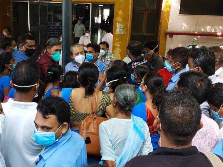 સુરત સિવિલ હોસ્પિટલમાં કોન્ટ્રાક્ટ હેઠળના વર્ગ-4ના કર્મચારીઓની અચાનક હડતાળ બાદ માંગો સંતોષાઈ, હડતાળથી દર્દીઓ સાથે તંત્ર મુશ્કેલીમાં મૂકાયું|સુરત,Surat - Divya Bhaskar