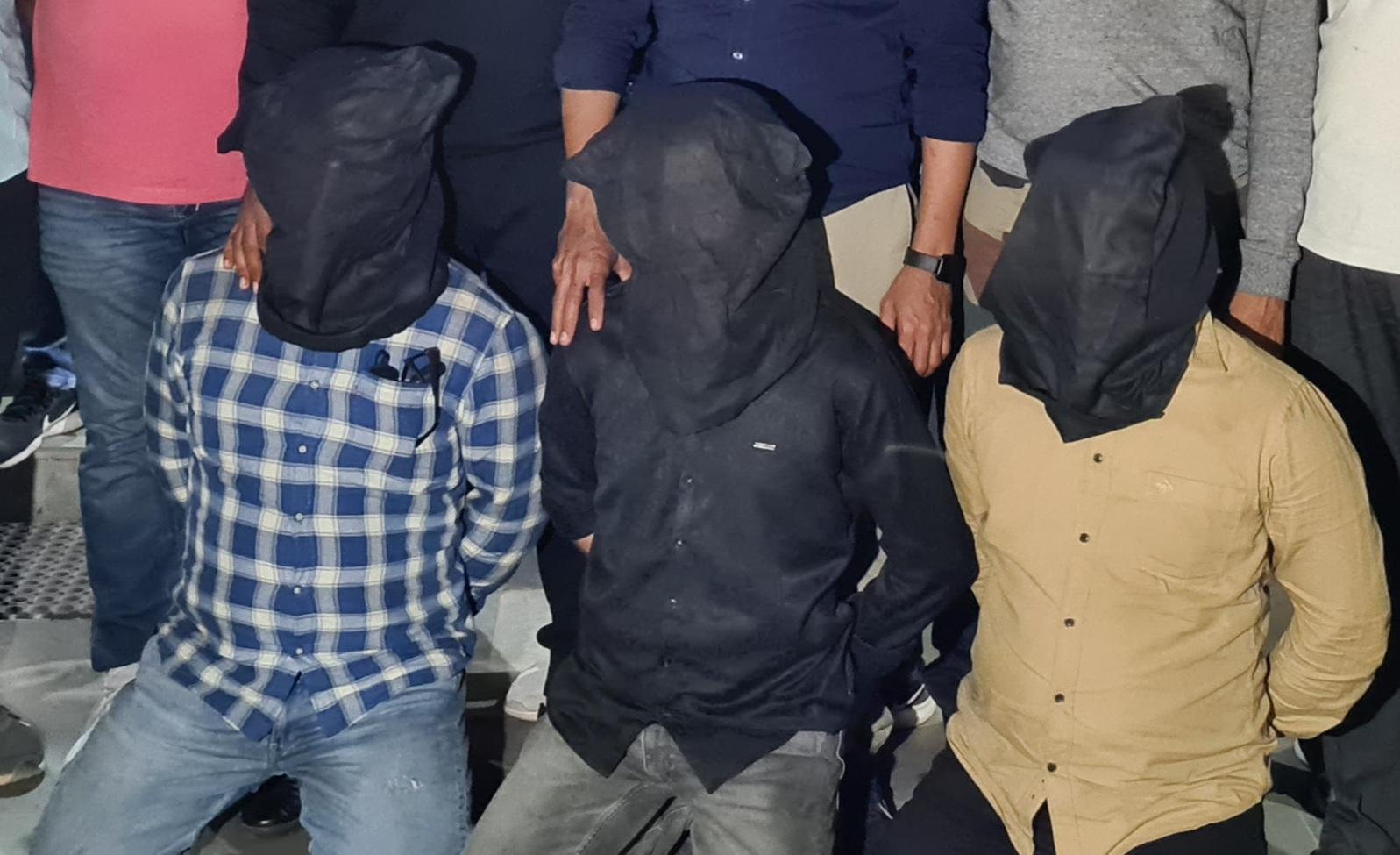 વકીલ કિરીટ જોશીની હત્યા મામલે કોરોના પોઝિટિવ ત્રણ આરોપીઓને વિડીયો કોલ દ્વારા કોર્ટમાં રજુ કરાયા, સારવાર બાદ જેલ હવાલે કરાશે|જામનગર,Jamnagar - Divya Bhaskar