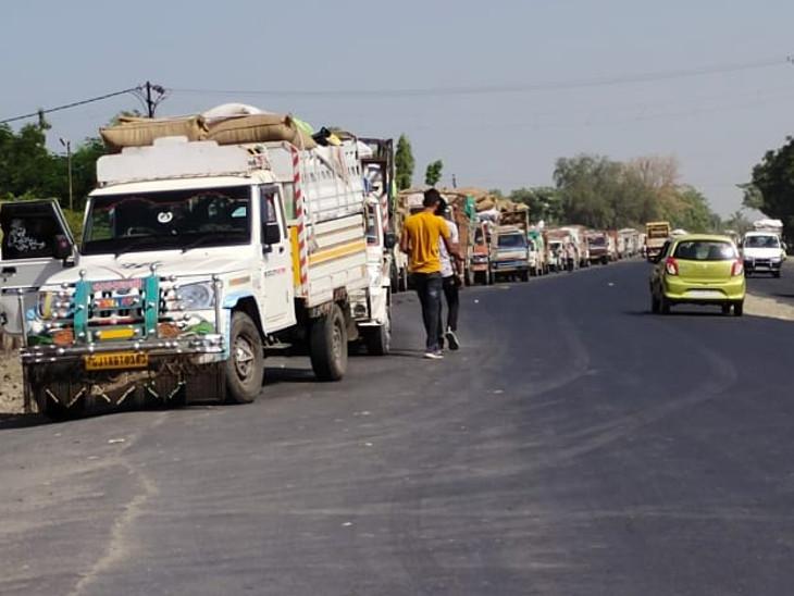 રાજકોટ માર્કેટ યાર્ડ બહાર જીરૂ, ઘઉં, ચણા, ધાણા ભરેલા વાહનોની 5 કિમી લાંબી લાઇન લાગી રાજકોટ,Rajkot - Divya Bhaskar
