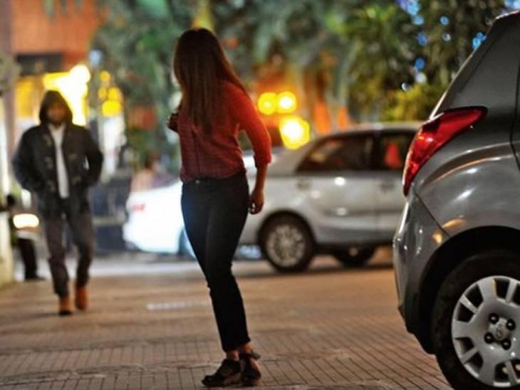 અમદાવાદમાં શાકભાજી ખરીદતી પોલીસ કર્મચારીની પત્નીની જાહેરમાં છેડતી, શખ્સે આવેશમાં આવીને મહિલાને ધક્કે ચઢાવી અમદાવાદ,Ahmedabad - Divya Bhaskar
