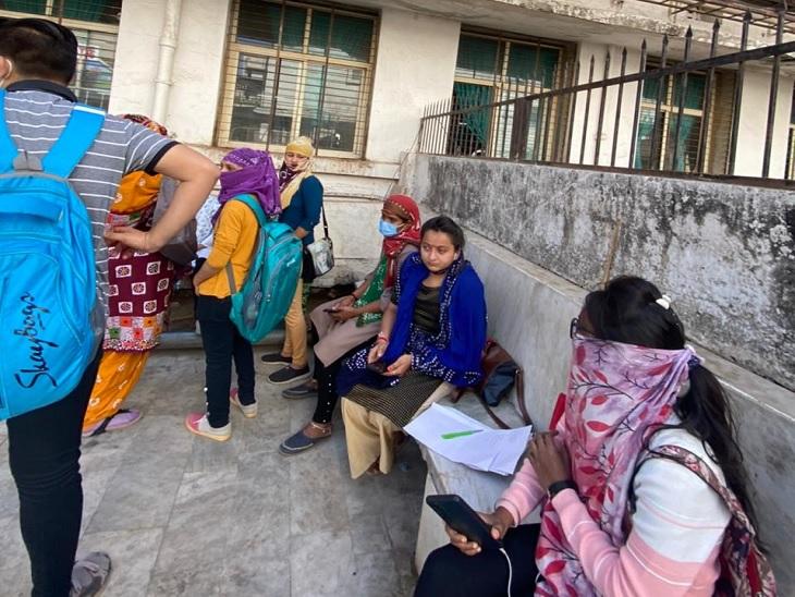 અમદાવાદ સિવિલમાં કોવિડ ડ્યૂટી સોંપાતા કોન્ટ્રાક્ટ પરના સ્ટાફની પગાર વધારાની માગ સાથે હડતાલ, દર્દીઓની હાલત કફોડી|અમદાવાદ,Ahmedabad - Divya Bhaskar