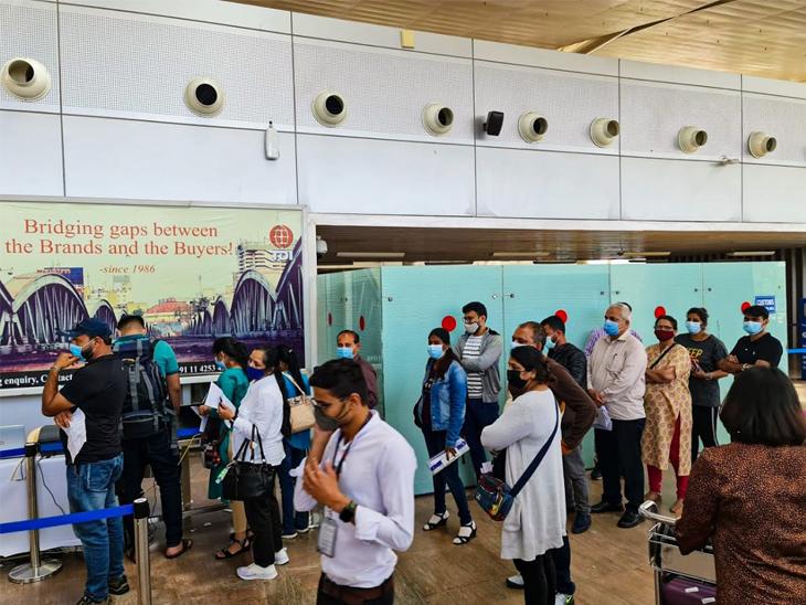 પેસેન્જરે મેન્યુઅલી ફોર્મ ભરવું પડતું હોવાથી વેઈટિંગ એરિયામાં ભારે ભીડ; ઈન્ટરનેશનલ ટર્મિનલમાં RTPCR રિપોર્ટ સબમિશન સોફ્ટવેરમાં ખામીથી હાલાકી|અમદાવાદ,Ahmedabad - Divya Bhaskar