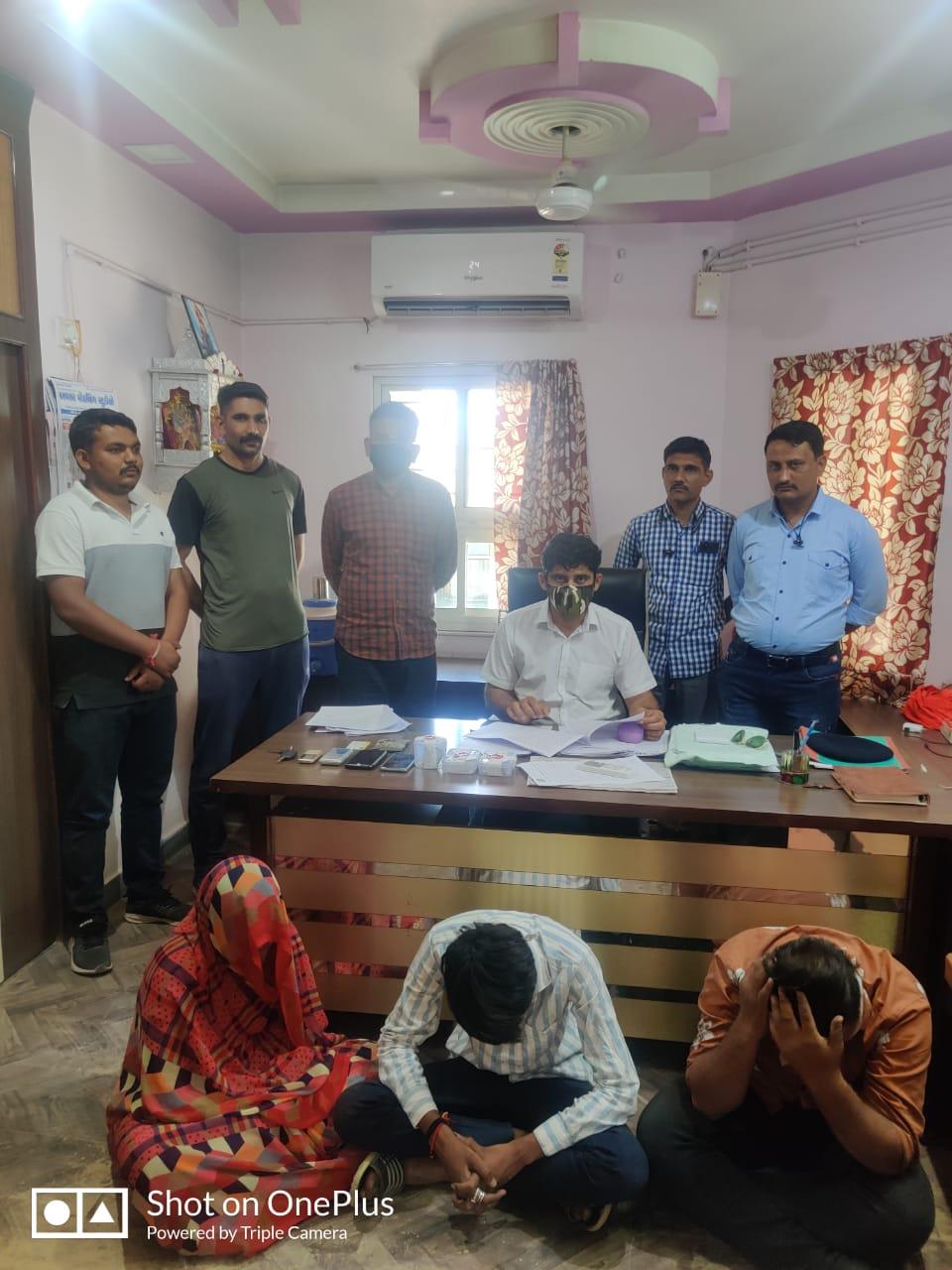 બનાસકાંઠાના થરાદ પાસેથી ચાર લાખના ડ્રગ્સ સાથે મહિલા સહિત ત્રણ ઝડપાયા, પોલીસે ગાડી સહિત કુલ રૂ.9.13 લાખનો મુદ્દામાલ જપ્ત કર્યો|પાલનપુર (બનાસકાંઠા),Palanpur (Banaskantha) - Divya Bhaskar