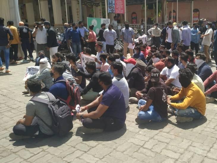 "AMCએ જિમ બંધ કરાવતા સંચાલકોએ કોર્પોરેશન કચેરી ખાતે ""અમારી ભૂલ કમળનું ફુલ""ના નારા લગાવી વિરોધ કર્યો અમદાવાદ,Ahmedabad - Divya Bhaskar"