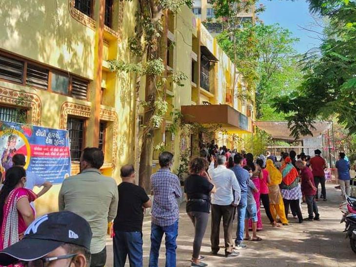 આજે વેક્સિન નહીં મૂકાય તો કાલે વેપાર કેવી રીતે કરીશુંની મૂંઝવણ, સુરતમાં વેપારી-દુકાનદારો લાઈનોમાં ઉભા છે બપોર થઈ છતાં વેક્સિનેશન નથી થયું સુરત,Surat - Divya Bhaskar