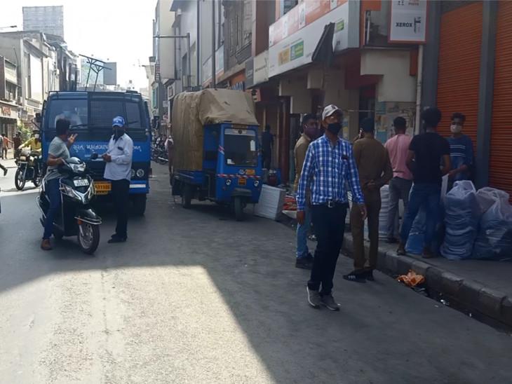 સુરતમાં કોરોના કેસ વધતા રવિવારી બજારો બંધ કરાવવા કાર્યવાહી, ભાગળ-ચૌટામાં પાથરણા પાડીને ધંધો કરતાં નાના વેપારીઓને દૂર કરાયા સુરત,Surat - Divya Bhaskar