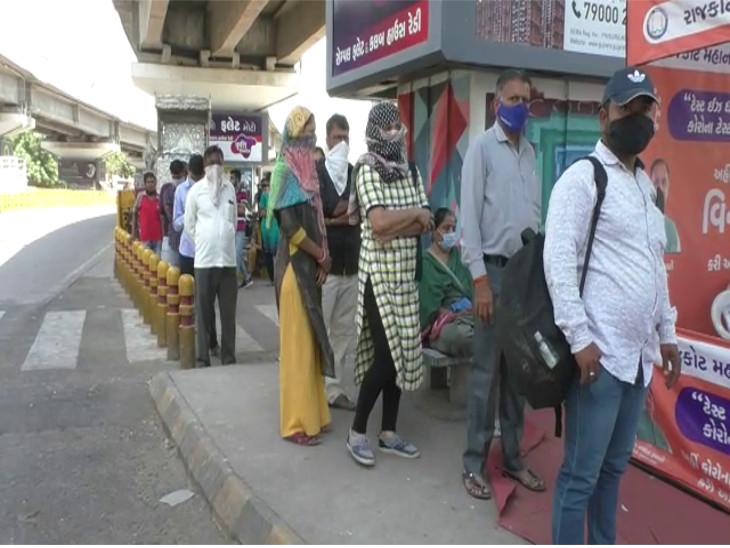 રાજકોટમાં સતત ત્રીજા દિવસે ટેસ્ટિંગ બુથ પર લોકોની લાંબી કતાર, પ્રથમ એક કલાકમાં 35 પૈકી 15 પોઝિટિવ, શહેરમાં વધુ બે જગ્યાએ ટેસ્ટિંગ બુથ શરૂ કરાયા|રાજકોટ,Rajkot - Divya Bhaskar