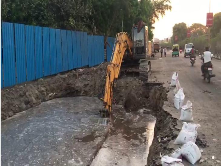 રાજકોટમાં સિવિલ હોસ્પિટલ ચોક ખાતે પાણીની લાઈનમાં ભંગાણ થયું, હજારો લિટર પાણી રસ્તા પર વહી ગયું|રાજકોટ,Rajkot - Divya Bhaskar
