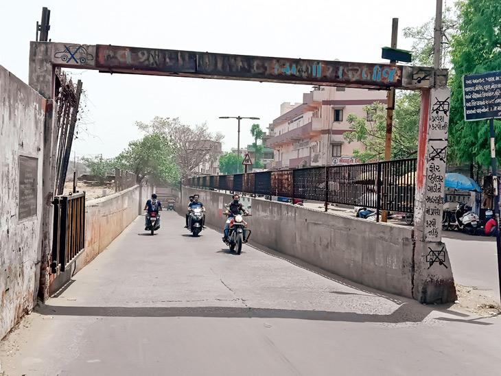 ચોમાસામાં તળાવ બને છે, તે પહેલાં ખખડધજ રોડ વાહનચાલકોને હેરાન કરે છે અમદાવાદ,Ahmedabad - Divya Bhaskar