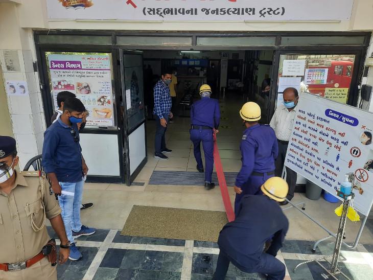 રાજકોટની જયનાથ કોવિડ-19 હોસ્પિટલમાં ફાયર વિભાગની મોકડ્રીલ, હોસ્પિટલ સ્ટાફને આગમાં દર્દીઓને સલામત સ્થળે ખસેડવા પ્રેક્ટિકલ માહિતી અપાઇ|રાજકોટ,Rajkot - Divya Bhaskar