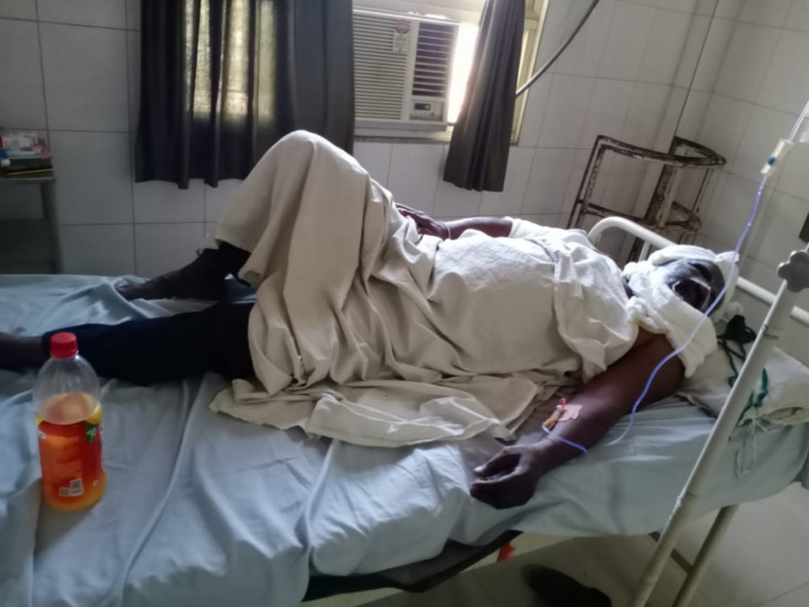 અમદાવાદની શારદાબેન હોસ્પિટલમાં લેબોરેટરીમાં ફરજ બજાવતા લેબ ટેક્નિશિયનના મોઢા અને હાથ પર એસિડ ફેંકી એક શખ્સ ફરાર|અમદાવાદ,Ahmedabad - Divya Bhaskar