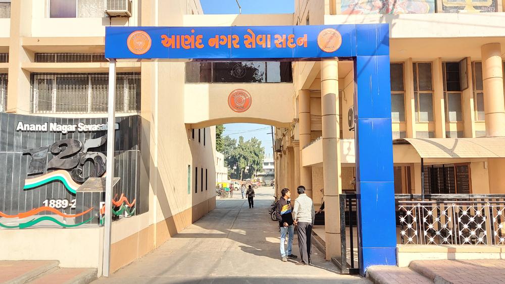 રાજ્ય સરકારે રાત્રે 8થી સવારના 6 સુધીનો કર્ફ્યૂ જાહેર કર્યો છે, આણંદમાં તંત્ર બપોરે 4 વાગ્યાથી દુકાનો બંધ કરવા કહે છે આણંદ,Anand - Divya Bhaskar